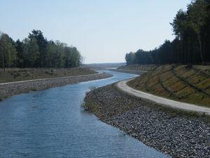 Der Sornoer Kanal schlängelt sich durch Landschaft und verbindet den Geierswalder See mit dem Seedlitzer See.