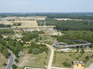 Am Fuße des Turmes lockt der ErlebnisPark Teichland viele Besucher